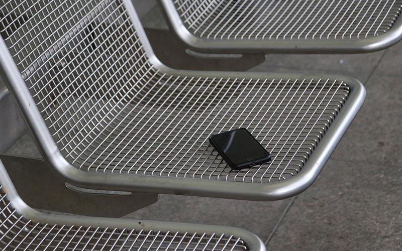 Commette reato chi si appropria di un telefono smarrito o dimenticato?